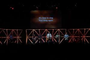 Exemplo - projeção na igreja - Ada Bible Church in Grand Rapids